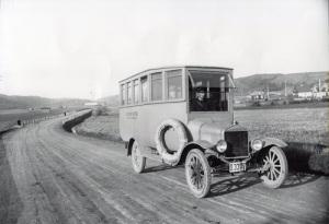 De första bussarna var små Ford-bussar, som kunde ta som mest sjutton passagerare. Bussarna orkade inte alltid köra uppför Toltorpsdalens branta backar. Då måste passagerarna gå ur och skjuta på. (Foto: Knut Kjellman, Mölndals Hembygdsförenings bildarkiv.)
