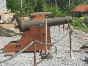 Salutkanonerna stod uppställda framför borgen.