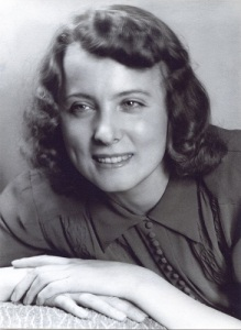 Ella Hillbäck växte upp i Mölndal och skrev romanen Albatross (1943), som speglar Krokslätt och Solängen, men hon flyttade snart till både Göteborg och Stockholm. Hon var en av flera författare, som flyttade från både Mölndal och Västsverige. (Foto i Mölndals Hembygdsförenings bildsamling.)