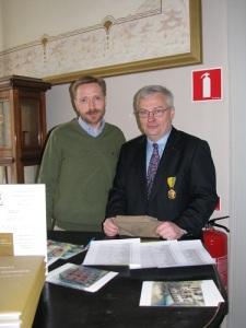 Niklas Krantz, här fotograferad tillsammans med sin vän och medarbetare, bibliotekarien Sven-Olof Ask i Skara, lyckas finna många värdefulla uppgifter om Mölndal. Foto: Christina Ström.