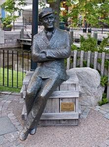 Lasse Dahlquist omnämnde danspolletterna på Liseberg i en av sina visor. Nu sitter han staty på Liseberg. Bild från nätet.