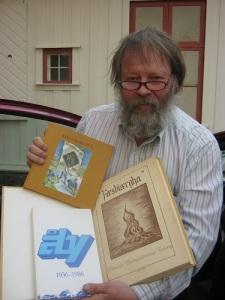 Sven-Erik Johansson har spårat oändligt många skrifter med värdefulla uppgifter om Mölndal. Här ses han, glad över några nya fynd, utanför Kvarnbygården. Foto: Lars Gahrn.