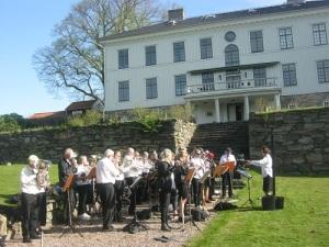 Mölnlycke Blåsorkester spelar i Råda säteris trädgård. Foto: Lars Gahrn.