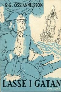 På omslaget till 1958 års upplaga av K. G. Ossiannilssons roman är Lasse klädd som en karolinsk soldat, vilket är att göra honom mer karolinsk än han var i verkligheten. Han tillhörde inte krigsmakten utan var enskild företagare inom kaperinäringen och som sådan påfallande självständig. Teckning av Gösta Kriland.