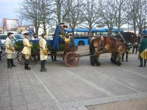 Karl XII:s kista, dragen av starka Ardenner-hästar, vid Kampenhof utanför Bohusläns museum.