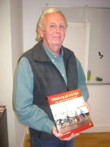 Claes Rydholm med sin bok. Foto: Lars Gahrn.