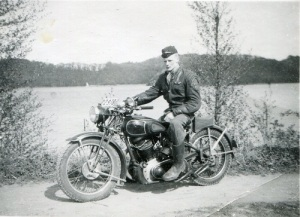 Motorcykelhistorikern Lars Eriksson från Kikås i Mölndal har lämnat viktiga upplysningar till Claes Rydholm och blir avtackad i boken. Här ser vi Eriksson i yngre år, fotograferad vid Stensjön i Mölndal.