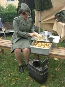 En lotta skalar potatis (ett slags rotfrukt, nu använd som råmaterial till chips).