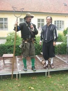 En stadssoldat med en bygel att sätta om halsen på bråkstakar berättar om sin verksamhet. Till höger ses Sven Hagnell.
