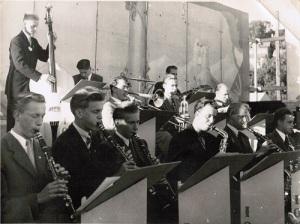 Ingvar Leion spelar i Mölndals IOGT-orkester i sin ungdom. Han spelar trombon i bildens mitt.