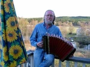 Dragspelshistorikern Bo Nyberg har utfört ett storverk med sin dragspelshistoria i tre band. Foto: Privat.